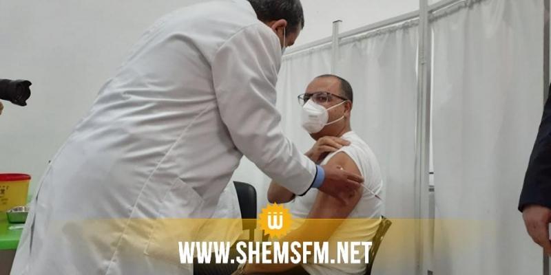 بالصور.. المشيشي يتلقّى الجرعة الأولى من التلقيح المضاد لكورونا