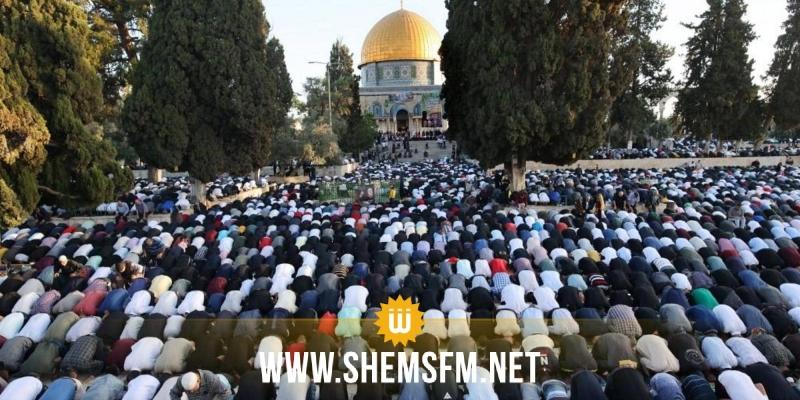 رغم القيود المشددة: 100 ألف مصلٍ يؤدون صلاة العيد وصلاة الغائب على أرواح الشهداء في الأقصى