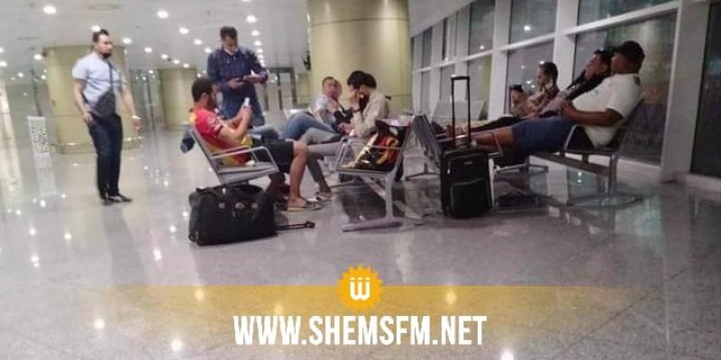 بالصور: الصحفيون والجمهور المرافقون للترجي يقضون ليلتهم في مطار الجزائر