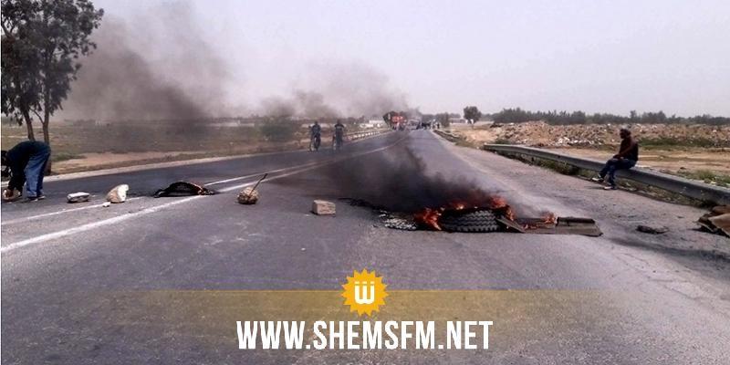القيروان: عدد من أهالي مقرة يغلقون الطريق للمطالبة بتفعيل مشروع تزويد منطقتهم بالماء