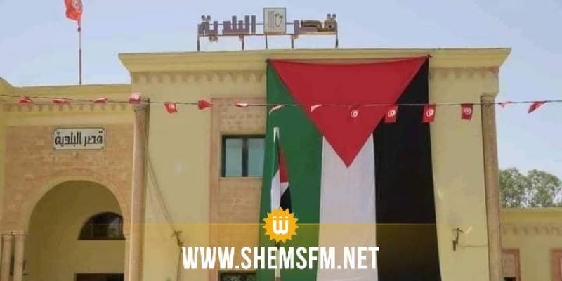 رفع العلم الفلسطيني على واجهة مقر بلدية قبلي لمدة شهر