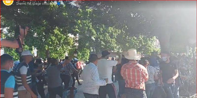 شارع الحبيب بورقيبة:  تراشق بالحجارة واستعمال للعصي والكراسي خلال مواجهات بين قوات الأمن ومحتجين