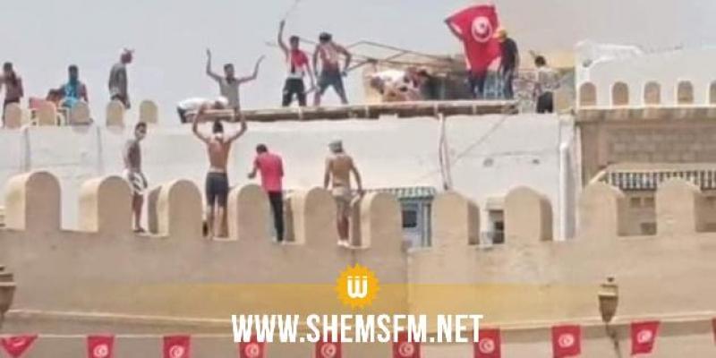 القيروان: محتجون يحرقون لافتة تحمل شعار النهضة ويطالبون بإسقاط الحكومة وحل البرلمان