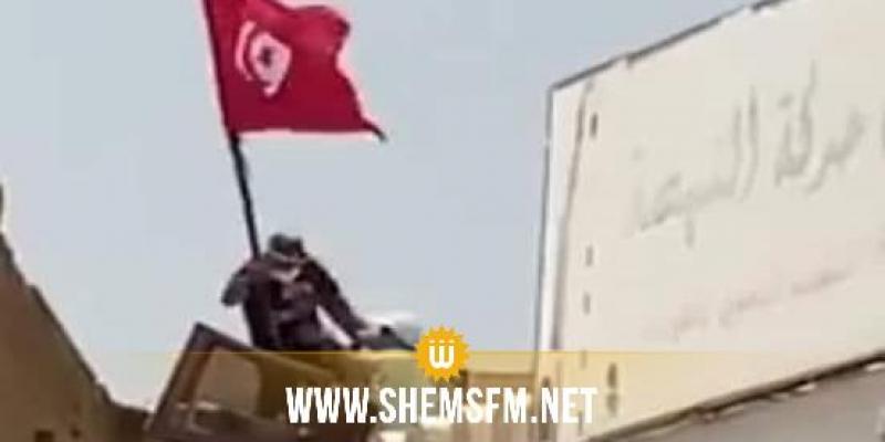 القيروان: أحد أنصار النهضة يدفع شابا يحمل العلم التونسي ويسقطه على سطح بناية أخرى