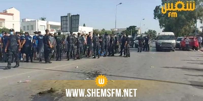 أمام البرلمان: مواجهات بين أنصار حركة النهضة وأنصار قرارات رئيس الجمهورية وتراشق بالحجارة والقوارير